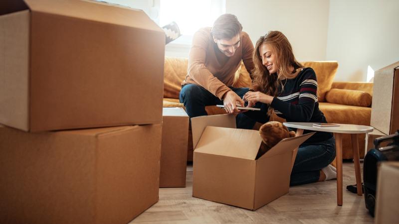 Casal com caixas de mudança para Goiânia